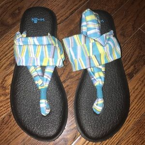 Women/girls Sanuk sandals never worn